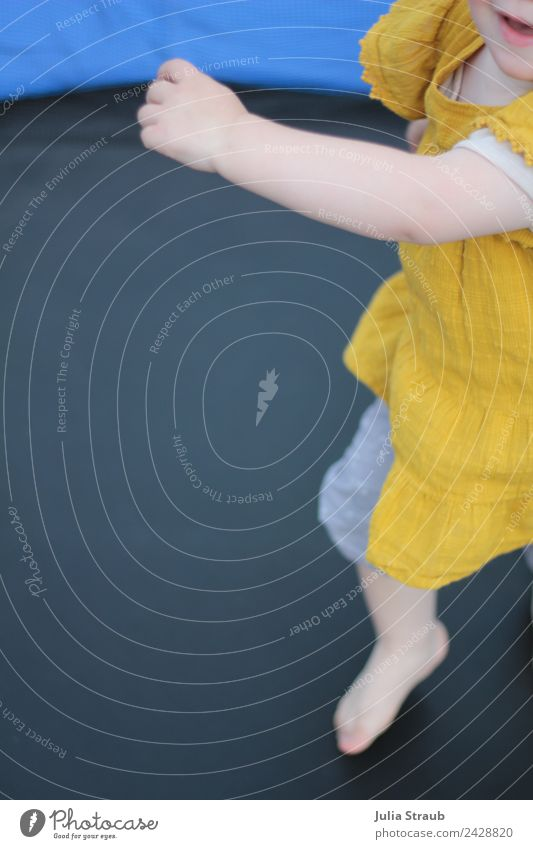 Kleinkind Mädchen tanzen Hände Arme Trampolin feminin Kindheit 1 Mensch 1-3 Jahre Tanzen Kleid lachen springen frei Fröhlichkeit gelb schwarz Freizeit & Hobby