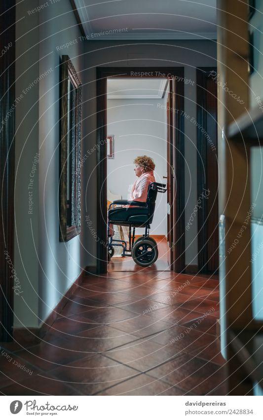 Frau Mensch alt Erholung Einsamkeit Erwachsene Lifestyle Traurigkeit Gesundheitswesen sitzen authentisch Stuhl Krankheit Medikament Fürsorge Mobilität