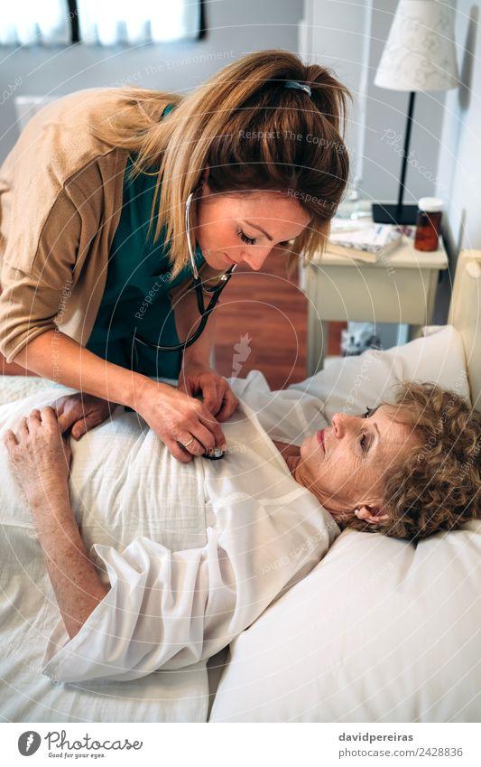 Frau Mensch alt Haus Erwachsene Gesundheitswesen Lampe authentisch Herz Krankheit hören Arzt heimwärts Krankenhaus gemütlich vertikal