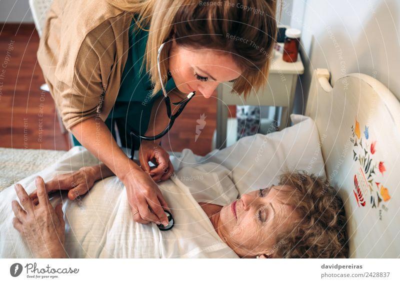 Frau Mensch alt Haus Erwachsene Lifestyle Gesundheitswesen authentisch Herz Krankheit Medikament hören Arzt heimwärts Dame Krankenhaus