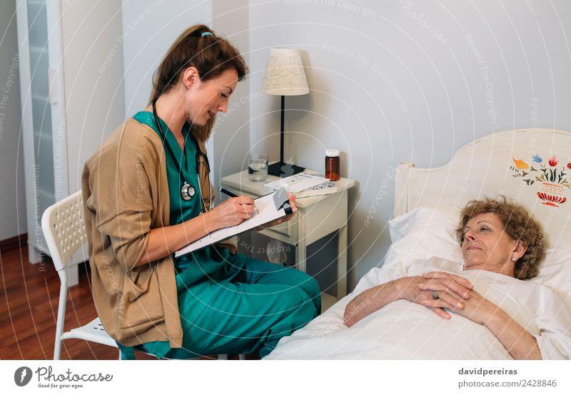 Frau Mensch alt Haus Erwachsene Gesundheitswesen Lampe authentisch Stuhl Krankheit Medikament Arzt heimwärts Krankenhaus gemütlich horizontal