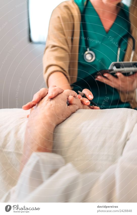 Ärztin tröstet ältere Patientin Krankheit Medikament Haus Arzt Krankenhaus Mensch Frau Erwachsene Hand Abflughalle alt Traurigkeit authentisch Geborgenheit Tod