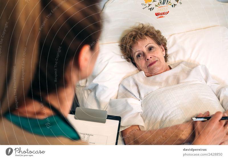 Ärztin tröstet ältere Patientin Behandlung Krankheit Medikament Haus Arzt Krankenhaus Mensch Frau Erwachsene Hand alt authentisch Freundlichkeit Vertrauen