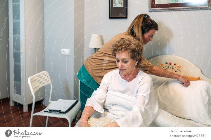 Frau Mensch alt Haus Erwachsene Gesundheitswesen Lampe sitzen authentisch Stuhl Bettwäsche Krankheit Medikament Arzt heimwärts Geborgenheit