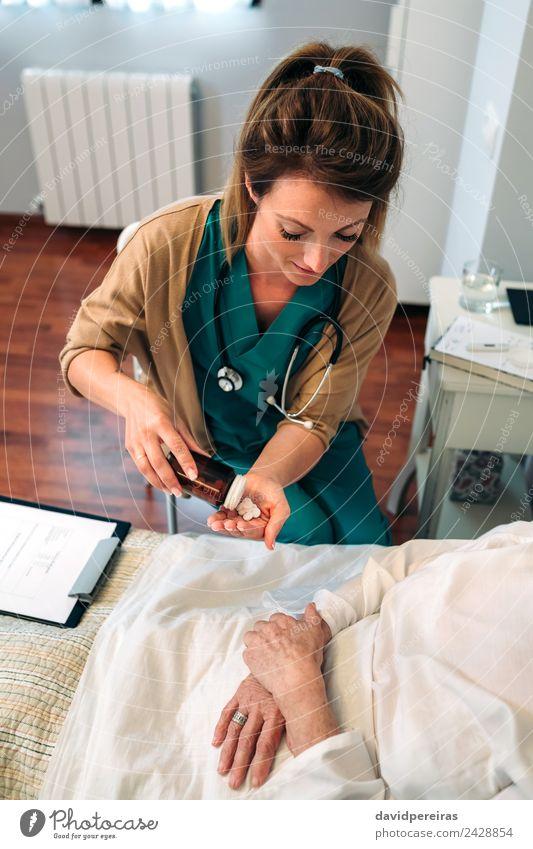 Frau Mensch alt Erholung Haus Erwachsene Gesundheitswesen authentisch Krankheit Medikament Arzt heimwärts Krankenhaus gemütlich vertikal Tablette