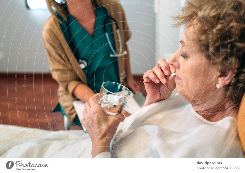 Frau Mensch alt Haus Erwachsene Gesundheitswesen authentisch Krankheit Medikament Arzt heimwärts Krankenhaus horizontal Tablet Computer Tablette nehmen