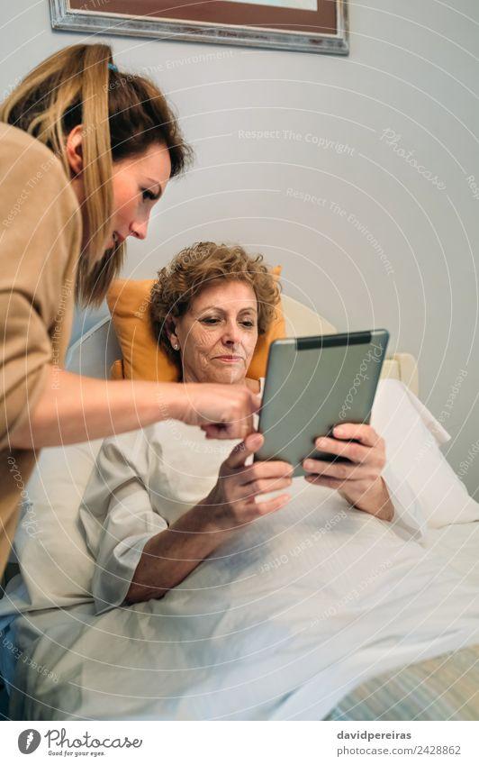 Ärztin, die die Ergebnisse eines medizinischen Tests auf der Tablette zeigt. Krankheit Medikament Arzt Krankenhaus Mensch Frau Erwachsene alt authentisch