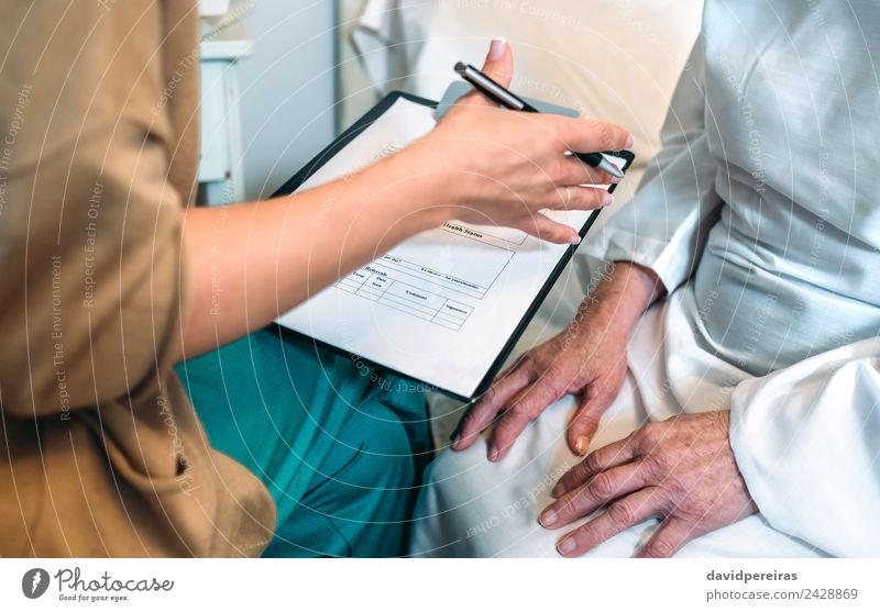 Frau Mensch alt Hand Erwachsene Gesundheitswesen sitzen authentisch Information Krankheit Medikament Arzt Schreibstift Krankenhaus horizontal gestikulieren