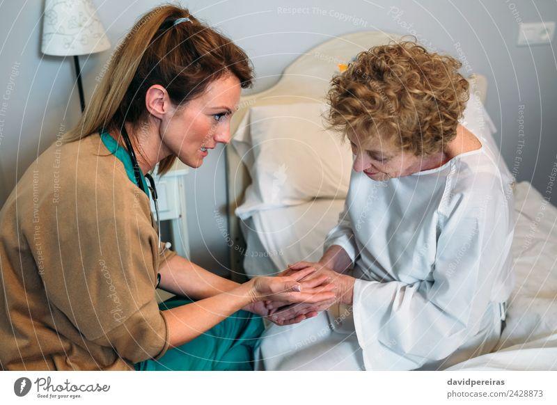 Arzt, der ältere Patienten ermutigt. Krankheit Medikament Krankenhaus sprechen Mensch Frau Erwachsene Hand alt Beratung Kommunizieren authentisch Freundlichkeit