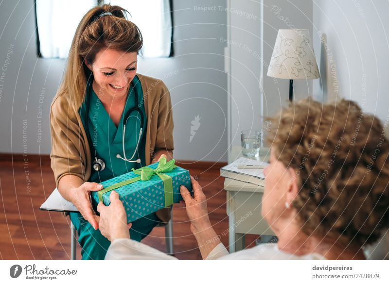 Frau Mensch alt Erholung Erwachsene Glück Lächeln authentisch Geschenk Freundlichkeit Krankheit Medikament Arzt Krankenhaus horizontal Halt