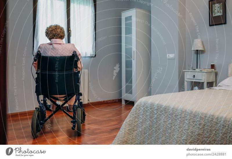 Ältere Frau im Rollstuhl allein Lifestyle Gesundheitswesen Krankheit Medikament Erholung Krankenhaus Ruhestand Mensch Erwachsene alt sitzen Traurigkeit