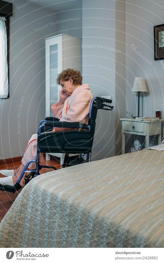 Ältere Frau im Rollstuhl allein Lifestyle Gesundheitswesen Krankheit Medikament Erholung Lampe Krankenhaus Ruhestand Mensch Erwachsene alt sitzen Traurigkeit