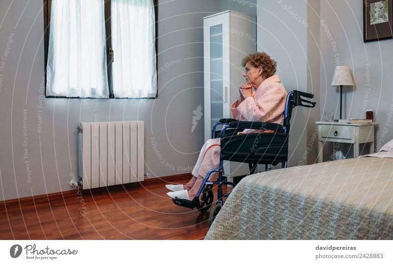 Ältere Frau im Rollstuhl allein Lifestyle Gesundheitswesen Krankheit Medikament Erholung Krankenhaus Mensch Erwachsene alt sitzen Traurigkeit authentisch