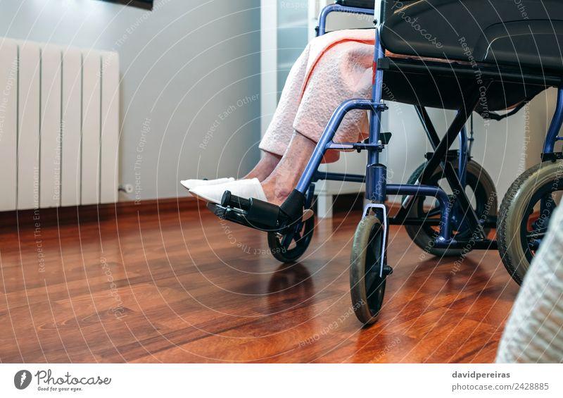 Ältere Frau im Rollstuhl allein Gesundheitswesen Krankheit Medikament Erholung Krankenhaus Ruhestand Mensch Erwachsene Fuß Hausschuhe alt sitzen Traurigkeit