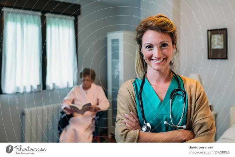 Hübsche Ärztin, die in einer Altersklinik posiert. Glück Gesundheitswesen Krankheit Erholung lesen Schlafzimmer Arzt Krankenhaus Mensch Frau Erwachsene alt
