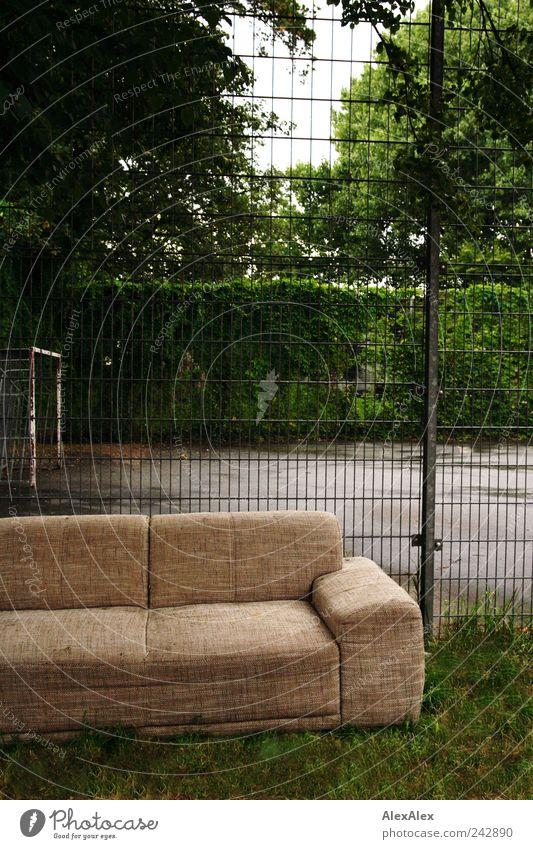 Abseits- Couch grün Baum ruhig Spielen Park braun Freizeit & Hobby sitzen trist Pause beobachten Sofa Zaun Möbel trashig Gitter