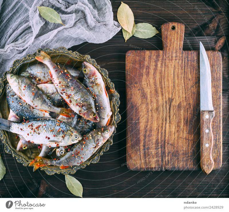 Flussfischbarsch und Karausche Fisch Meeresfrüchte Kräuter & Gewürze Ernährung Abendessen Diät Teller Messer Tisch Tier Holz dunkel frisch oben retro braun