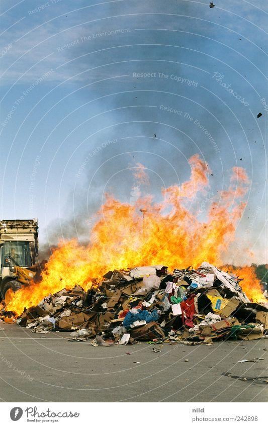 Burn down Bavaria I Brand Feuer bedrohlich München Müll heiß Rauch brennen Karton zerstören Müllhalde