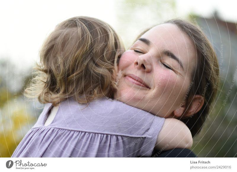 Umarmung - Mutter, Kind Muttertag Kindererziehung feminin Kleinkind Junge Frau Jugendliche Erwachsene 2 Mensch 1-3 Jahre 18-30 Jahre genießen Lächeln Liebe