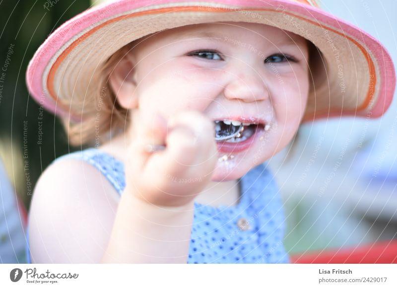 Kleinkind, Essen, Mädchen, lachen Löffel Kindererziehung feminin 1 Mensch 1-3 Jahre Strohhut Sonnenhut entdecken genießen frech Fröhlichkeit Glück natürlich