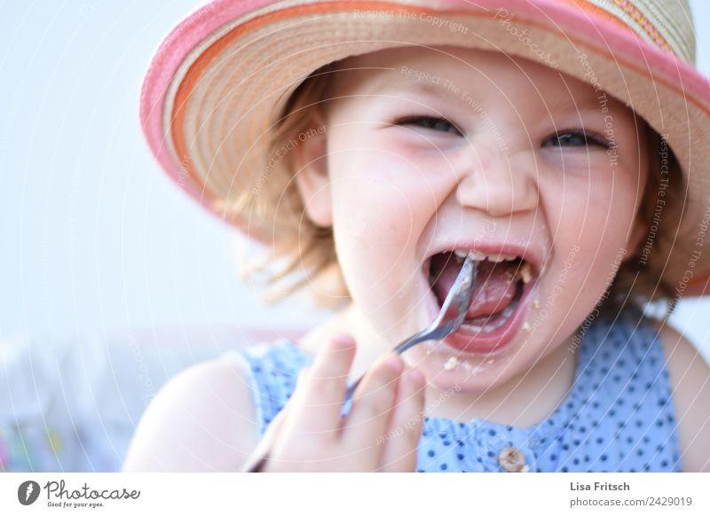 frechdachs! Kleinkind, Mädchen, Essen, Sonnenhut Kind Mensch Sommer Freude Gesicht lustig feminin lachen Glück Zufriedenheit Kindheit Fröhlichkeit genießen