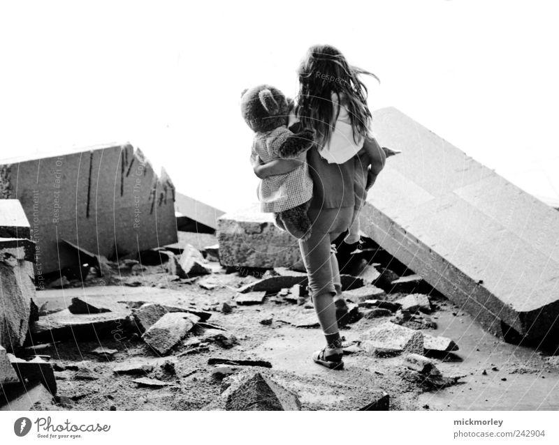 Into the light Mensch Kind Umwelt Traurigkeit Kindheit Angst Abenteuer außergewöhnlich gefährlich bedrohlich Trauer Sehnsucht gruselig Schmerz chaotisch Ruine