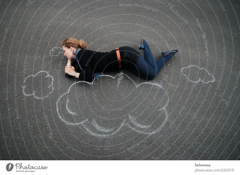 Über den Wolken Mensch Sommer Wolken Ferne Straße feminin Spielen Freiheit träumen Schuhe fliegen frei Ausflug liegen beobachten Unendlichkeit