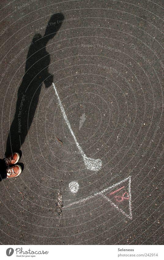 Wer spielt mit mir Asphaltgolf? Mensch Sommer Straße Sport Spielen Fuß Schuhe Schilder & Markierungen Schriftzeichen Freizeit & Hobby Ziffern & Zahlen Zeichen