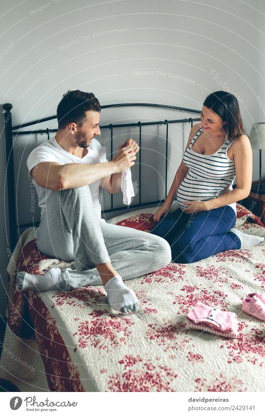 Frau Mensch Mann schön Erwachsene Gefühle Familie & Verwandtschaft Paar rosa sitzen Schuhe Lächeln Fröhlichkeit authentisch Baby kaufen