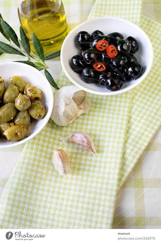 Oliven mit Chilis und Knofel grün schwarz Ernährung Gesundheit Lebensmittel frisch authentisch Kultur Scharfer Geschmack Kräuter & Gewürze Gemüse lecker Appetit & Hunger genießen Diät Bioprodukte