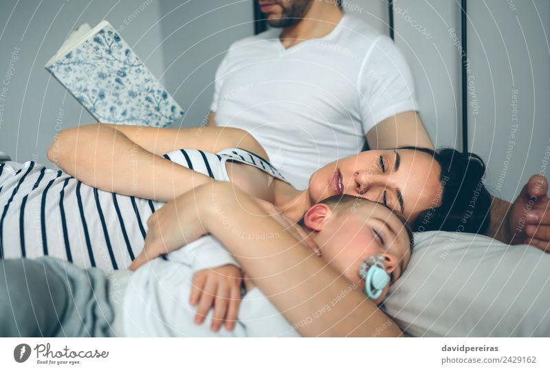 Mann liest mit Frau und Sohn im Schlaf schön Erholung lesen Schlafzimmer Kind Mensch Baby Kleinkind Erwachsene Eltern Mutter Vater Familie & Verwandtschaft Paar