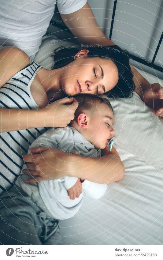 Mann mit Frau und Sohn schön Erholung ruhig Schlafzimmer Kind Mensch Baby Kleinkind Erwachsene Eltern Mutter Vater Familie & Verwandtschaft Paar Liebe schlafen