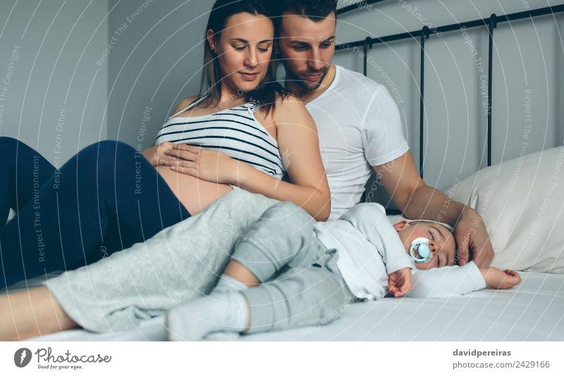 Schwangere Frau mit Ehemann sucht Sohn Glück schön Erholung Windstille Schlafzimmer Kind Mensch Baby Kleinkind Erwachsene Mann Eltern Mutter Vater