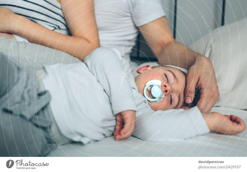 Das Baby schläft, während die Eltern streicheln. Lifestyle schön ruhig Kindererziehung Mensch Kleinkind Junge Frau Erwachsene Mann Mutter Vater