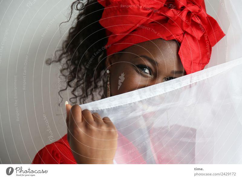 Apolline feminin Frau Erwachsene 1 Mensch Kleid Stoff Ohrringe Kopftuch Haare & Frisuren brünett Locken beobachten festhalten Lächeln lachen Blick Spielen schön