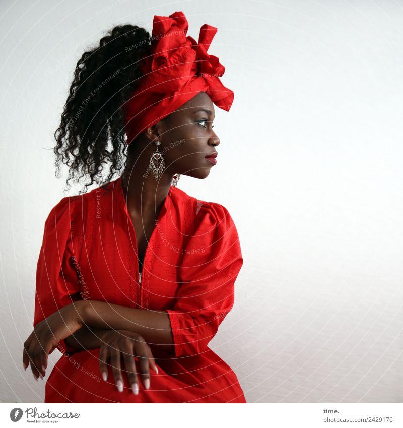 Apolline feminin Frau Erwachsene 1 Mensch Kleid Ohrringe Kopftuch schwarzhaarig langhaarig Locken beobachten Blick sitzen ästhetisch schön rot selbstbewußt