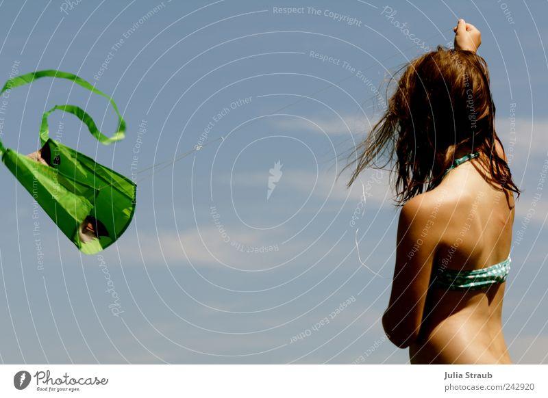 flieg feminin Mädchen Kindheit 1 Mensch Bikini Drachenfliegen frei Geschwindigkeit blau braun grün Freude Gelassenheit ruhig Wellenschlag lenken Farbfoto