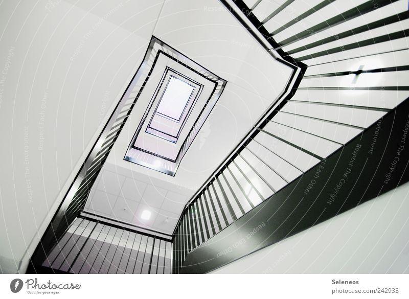 so muss ein Schneckenhaus von innen aussehen weiß schwarz Haus Lampe Wand oben Holz Mauer Linie hell elegant Hochhaus Treppe ästhetisch Häusliches Leben Streifen