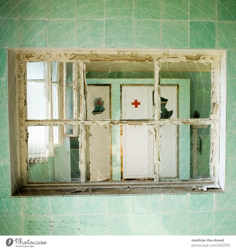 WARTEZIMMER alt Fenster dunkel kalt Wand Architektur Mauer Gebäude außergewöhnlich ästhetisch kaputt trist Gesundheitswesen bedrohlich Bauwerk Arzt