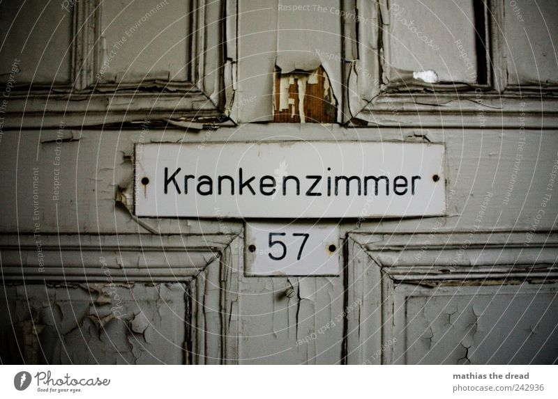 KRANKENZIMMER 57 alt dunkel Holz Tür trist Schriftzeichen kaputt Arzt Ziffern & Zahlen gruselig verfallen Gesundheitswesen Krankenhaus trashig Ruine Zerstörung