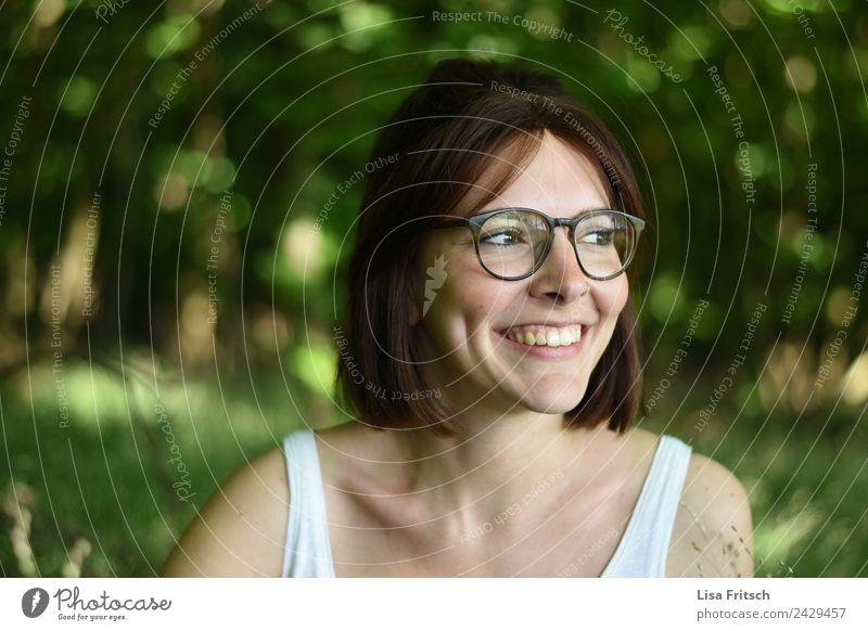 junge Frau, dunkelhaaarig, Brille, grün schön Gesundheit harmonisch Wohlgefühl Zufriedenheit Erholung Ferien & Urlaub & Reisen Junge Frau Jugendliche Gesicht 1