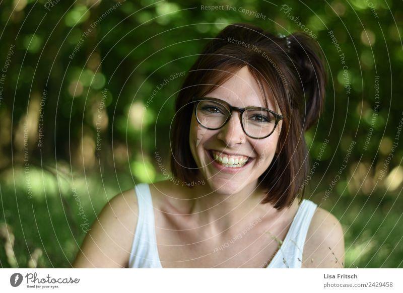 lachende, hübsche, junge Frau Mensch Natur Jugendliche Junge Frau schön Freude Wald 18-30 Jahre Erwachsene Umwelt natürlich feminin Glück Zufriedenheit glänzend