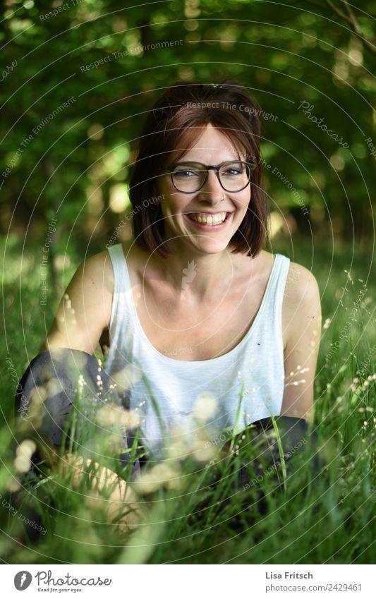 Junge Frau sitzend im Wald. schön Gesundheit Ferien & Urlaub & Reisen Sommer feminin Jugendliche 1 Mensch 18-30 Jahre Erwachsene Umwelt Natur Sträucher Top