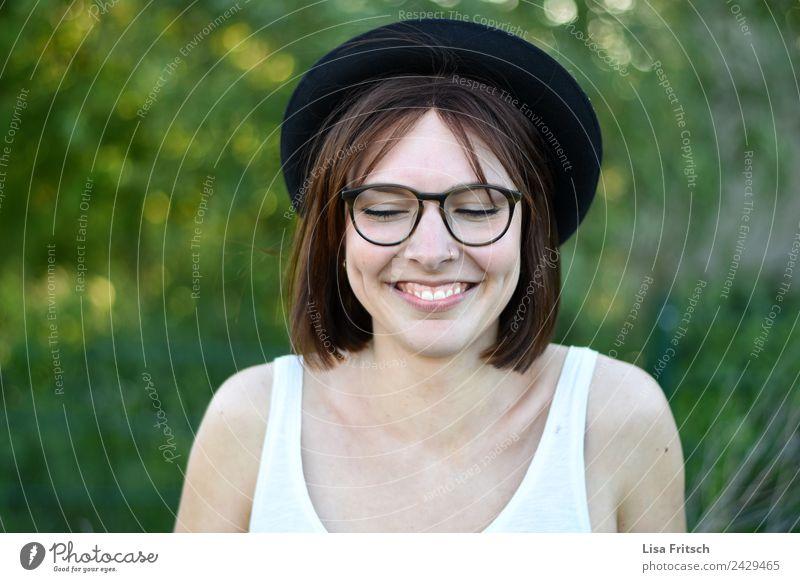 hihi Ferien & Urlaub & Reisen Ausflug feminin Junge Frau Jugendliche 1 Mensch 18-30 Jahre Erwachsene Umwelt Natur Piercing Brille Hut brünett kurzhaarig