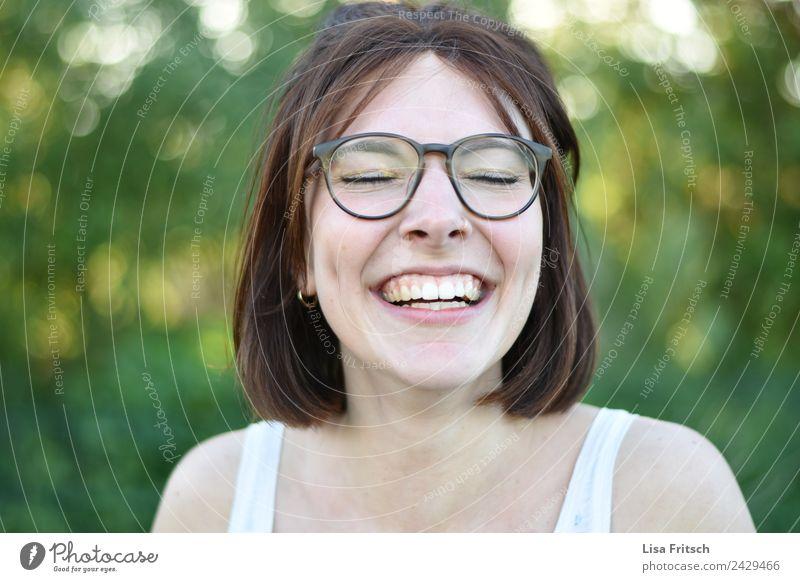 Freude feminin Junge Frau Jugendliche 1 Mensch 18-30 Jahre Erwachsene Piercing Brille brünett kurzhaarig genießen lachen ästhetisch Fröhlichkeit Gesundheit
