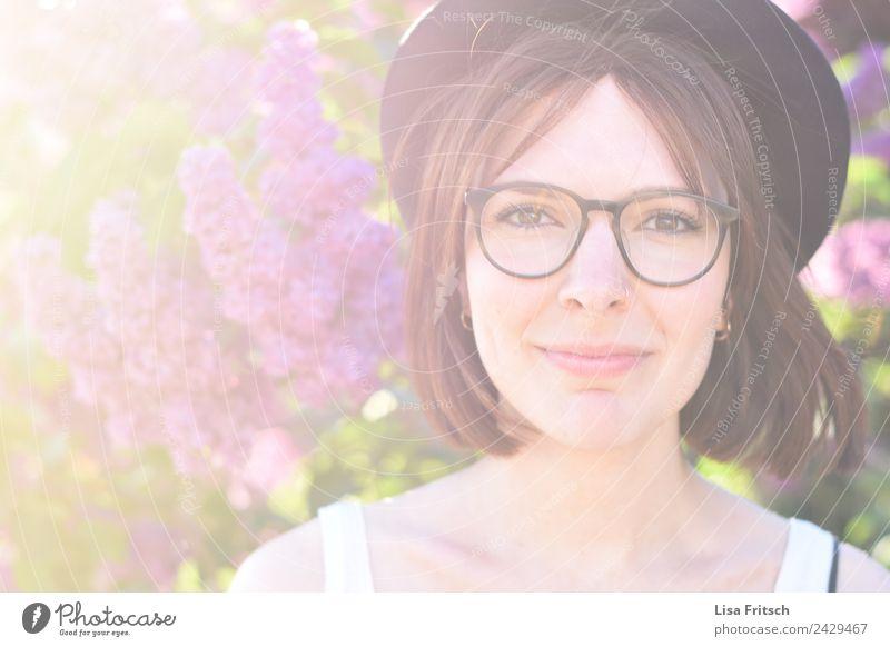 junge Frau, Hut, Brille, lächeln schön Körperpflege Haare & Frisuren Gesicht Ferien & Urlaub & Reisen feminin Junge Frau Jugendliche 1 Mensch 18-30 Jahre