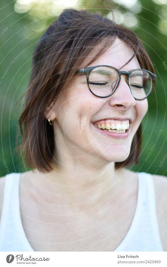 happy Lifestyle schön Gesundheit feminin Junge Frau Jugendliche 1 Mensch 18-30 Jahre Erwachsene Ohrringe Brille brünett kurzhaarig genießen lachen ästhetisch