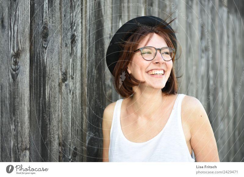 unbeschwert feminin Junge Frau Jugendliche 1 Mensch 18-30 Jahre Erwachsene Mauer Wand Brille Hut brünett kurzhaarig Holz lachen ästhetisch frei Fröhlichkeit