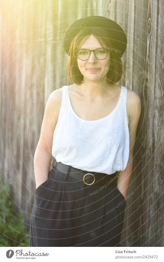 abwarten.. Frau, brünett, Hut, Brille, Holz Mensch Jugendliche Junge Frau schön 18-30 Jahre Erwachsene Lifestyle Gesundheit Wand feminin Stil Mauer Mode