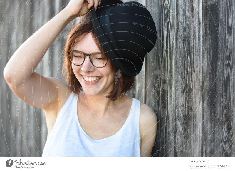 lachende Frau, Hut, Lebensfreude Mensch Jugendliche Junge Frau schön weiß Freude 18-30 Jahre schwarz Erwachsene Lifestyle lustig feminin Holz Stil Glück